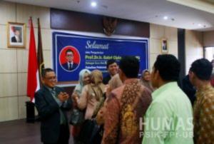 Para undangan memberikan ucapan selamat dalam acara tasyakuran usai pengukuhan gelar Guru Besar